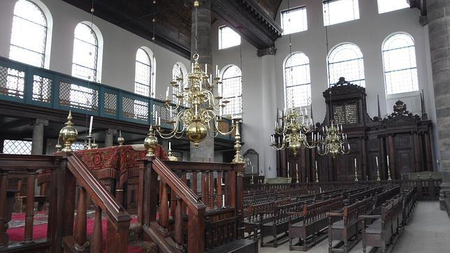 Interior de la Sinagoga de Amsterdam fundada por el portugués Isaac Aboab da Fonseca