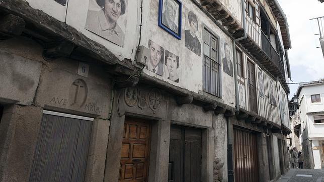 Imagen de una exposición de fotografías por las calles de Mogarraz