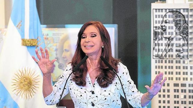 Kirchner, sobre la devaluación: «Nos quieren hacer comer la sopa con tenedor»