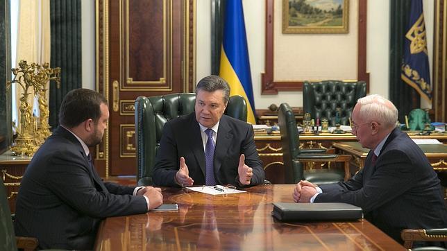 Yanukóvich sacrifica al Gobierno Azarov y a las leyes represivas