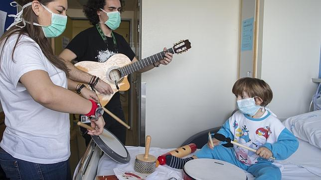Niños como Hugo se benefician del poder calmante de la música antes de intervenciones dolorosas