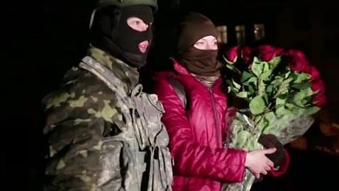 Un hombre pide matrimonio a su novia en medio de las protestas de Kiev