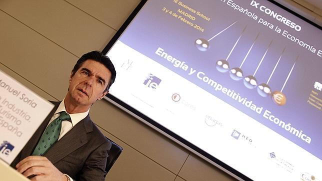 Soria insiste en que la factura de la luz bajó un 3,7% en 2013 para una familia media