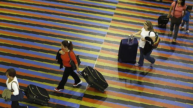 A los venezolanos les es cada vez más difícil viajar al exterior