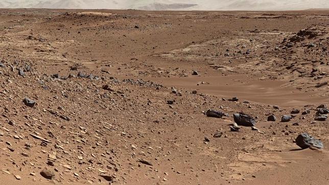 El Curiosity estudia por dónde seguir desde lo alto de una duna Curiosity_route--644x362