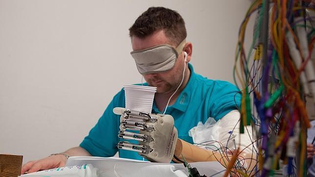 La primera mano biónica que siente en tiempo real