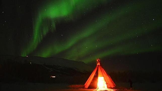 Maravilloso espectáculo de auroras boreales en el parque nacional de Abisko