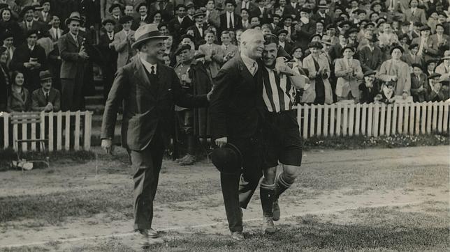 El Athletic se proclamó campeón de Liga en 1931 con Pentland como técnico, en la imagen abrazado al capitán Lafuente