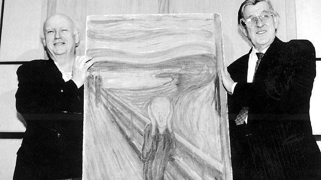 Knut Berg, director de la Galería Nacional de Oslo (dcha), sujetaba en 1994 el cuadro de «El Grito» tras su recuperación