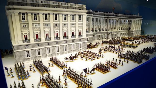 El Palacio de Real de Madrid, en el que se dispone la singular escena ideada por Joaquín Pla Dalmau, con las tropas de Isabel II, reina de España