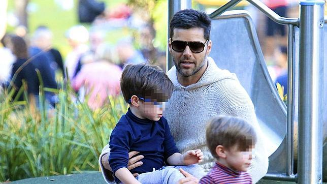 El cantante con sus dos hijo en un parque