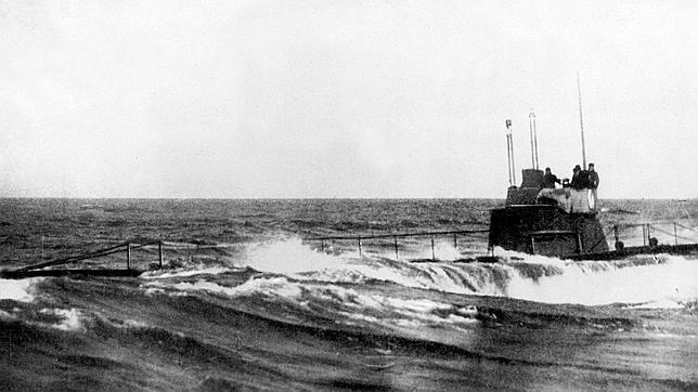 1-3-1915  El submarino «U-8» alemán sale a flote en una operación durante la Primera Guerra Mundial