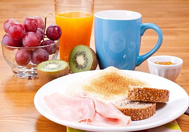 Un Buen Desayuno Debe Incluir Lácteos, Cereales, Fruta Y