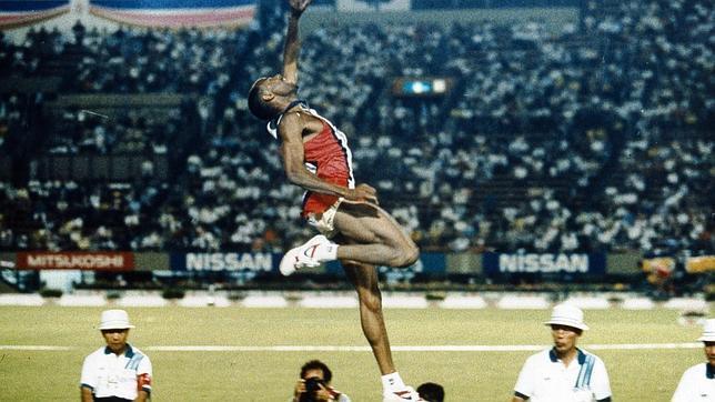 En Tokio, agosto de 1991, Mike Powell saltó hasta los 8,95 metros