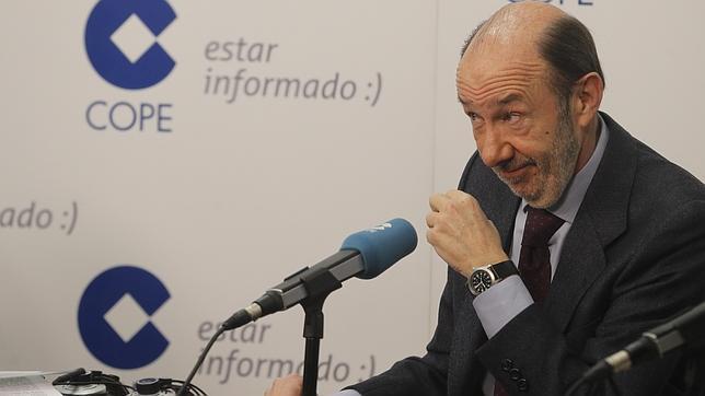 Rubalcaba pregunta a Rajoy si le parece bien que se «disparara» a los inmigrantes