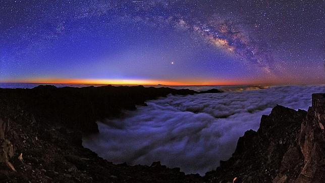 Amanecer en la Caldera de Taburiente, en La Palma, en la que se aprecia la Vía Láctea y el planeta Venus, el punto más brillante de la imagen, situado sobre la silueta lejana del Teide
