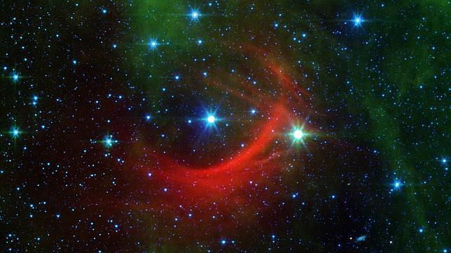 La estrella Kappa Cassiopeiae, en el centro de la imagen, y el arco de choque (en rojo)