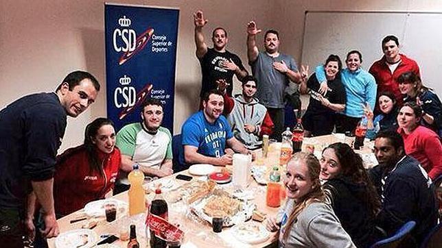 Expediente a tres atletas españoles por realizar el saludo romano Csd-nazi-rfea--644x362
