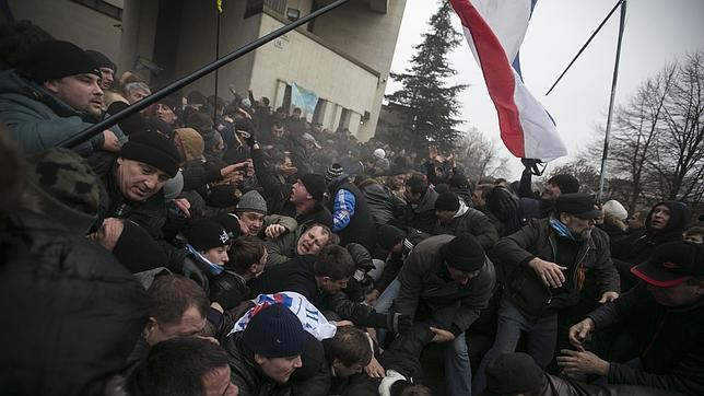 El separatismo en Crimea enciende la llama del enfrentamiento civil