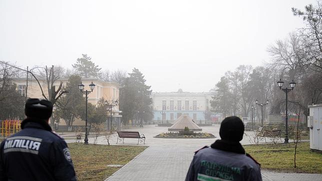 Policías ante la sede del Gobierno provincial de Crimea en Simferopol tomada por un grupo armado