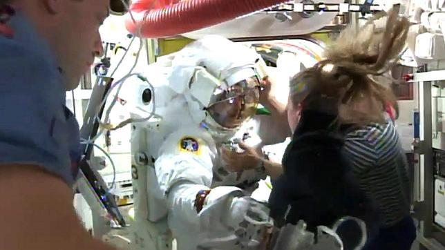Un astronauta, a punto de ahogarse por un fallo en su traje durante un paseo espacial
