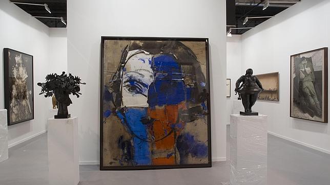 A la derecha, escultura del colombiano Fernando Botero, en el «stand» de Marlborough en ARCO'14