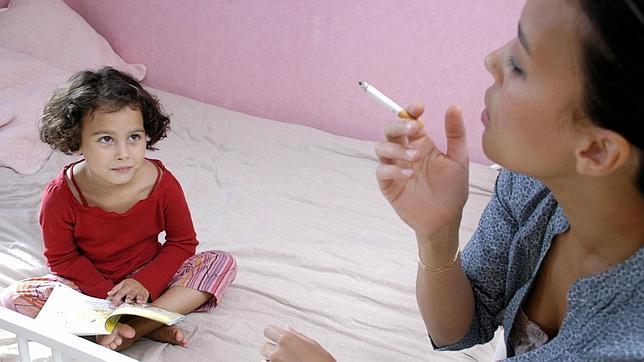 Los padres que fuman delante de sus hijos deberían tener en cuenta los nocivos efectos que ello conlleva