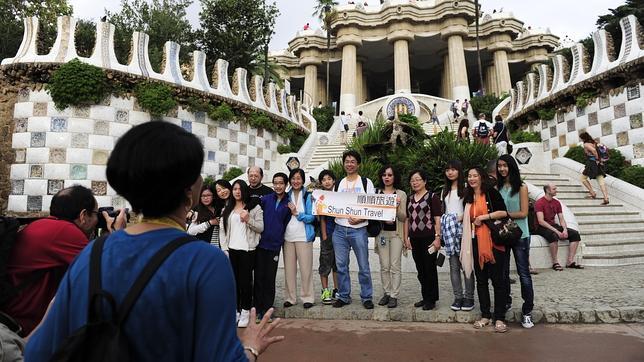 Un grupo de turistas en el Park Güell