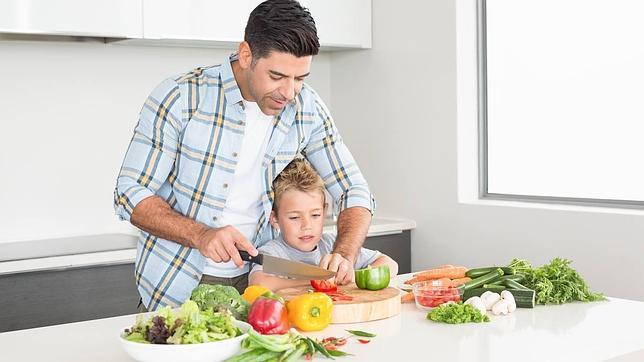 Padres e hijos familia cambio de roles en el hogar - Nina cocinando ...