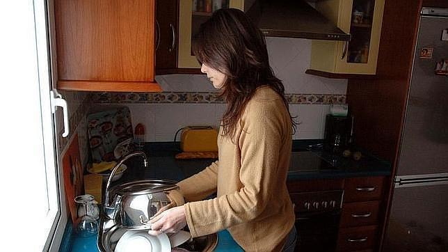 Imagen de archivo de una mujer trabajando en casa - ABC.es