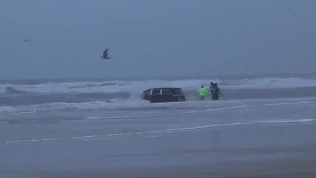 Se lanza al mar embarazada y con sus tres hijos en el coche
