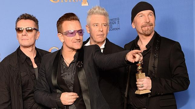 La banda irlandesa U2, durante la pasada edición de los Globos de Oro