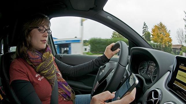 El móvil es uno de los principales y más peligrosos motivos de distracción al volante.