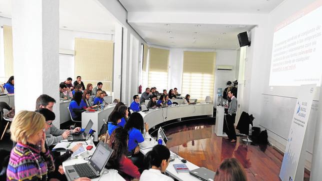 Empleados de Roche, durante una de las sesiones en las instalaciones del ISDI en Madrid