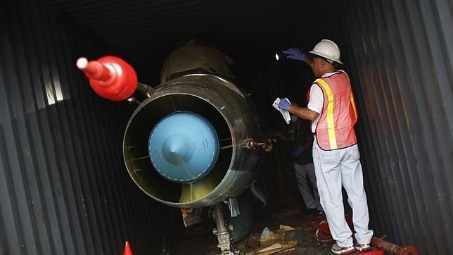 Parte del armamento cubano en el interior del barco norcoreano Chong Chon Gang retenido en Panamá