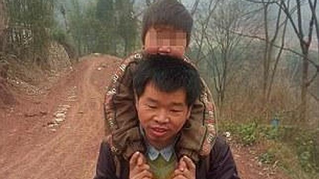 Un hombre carga con su hijo discapacitado todos los días durante 28 km. para llevarlo a la escuela