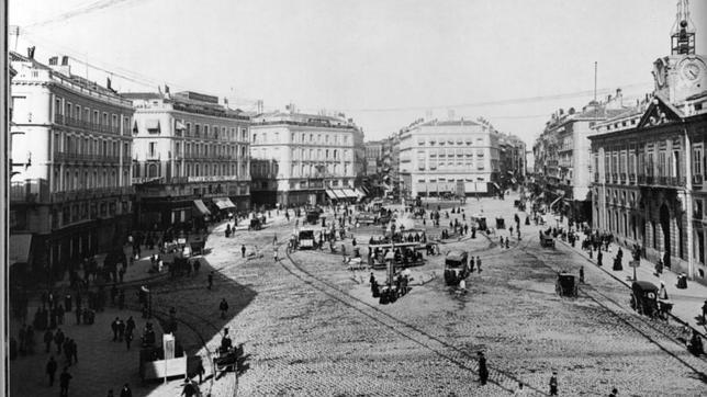 La historia de una plaza y sus carteles fotos taringa for Historia de la puerta del sol
