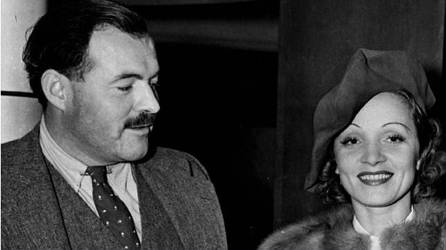 Ernest Hemingway, junto a Marlene Dietrich