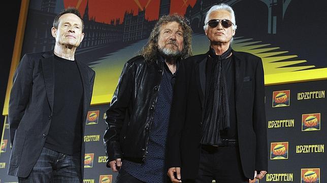 Robert Plant (c), Jimmy Page (d) y Paul Jones (i), integrantes del mítico grupo Led Zeppelin