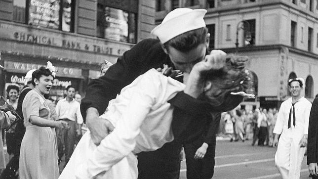 Célebre instantánea con el ahora fallecido, Glenn Edward McDuffie, inmortalizando el mítico beso