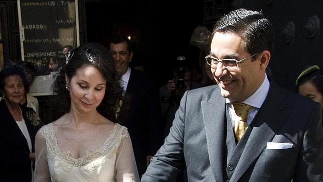 Mercedes Alaya se «recasa» de novia con traje de cola y escotazo