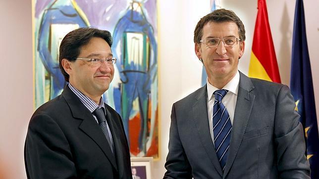 El director general de PMI, Carrera Panizzo, saluda al presidente de la Xunta