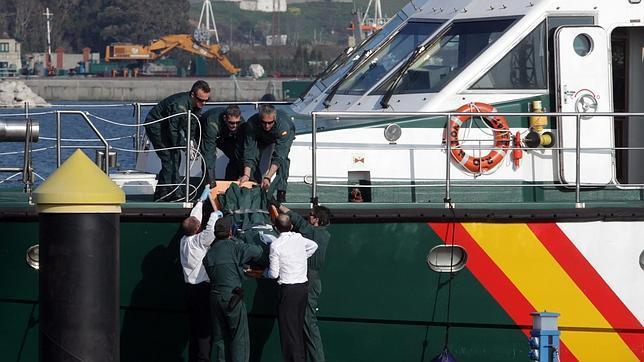 Los buzos descartan que los dos desaparecidos estén en el interior del barco.