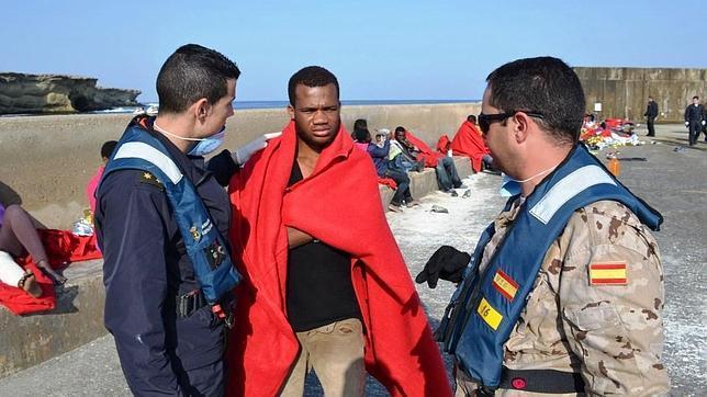 El patrullero 'Vencedora' auxilia a 53 inmigrantes en la isla de Alborán