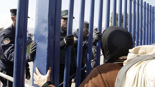 Hora y media de cierre de frontera en Melilla por una alerta de avalancha