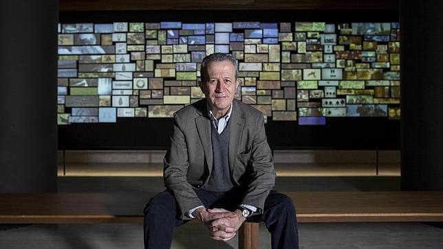 Rodríguez Frade, ante un audiovisual que recibe al visitante en el museo