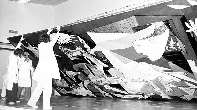 Suárez fraguó la llegada a España del «Guernica», el último exiliado
