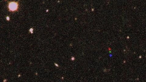 El planeta enano en movimiento, coloreado en rojo, azul y verde