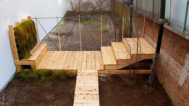 Sobre esta estructura de madera se pueden realizar muchas actividades diferentes, según lo que quieran los vecinos