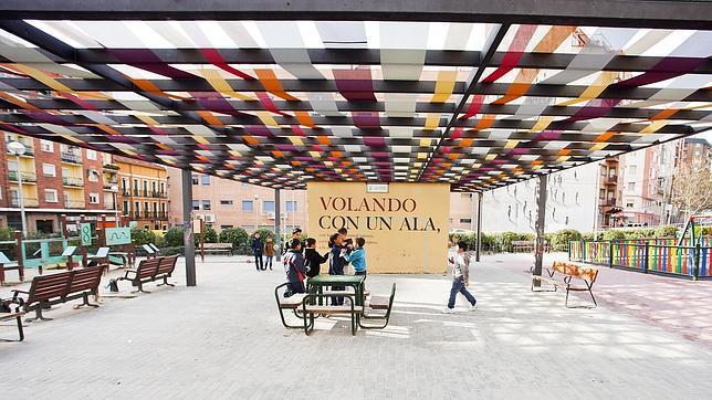 Un toldo hecho de telas de varios colores da sombra y vida a la plaza del Poeta Leopoldo de Luis
